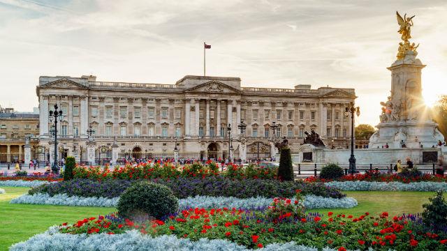 100222-640x360-buckingham-palace-at-dusk-640